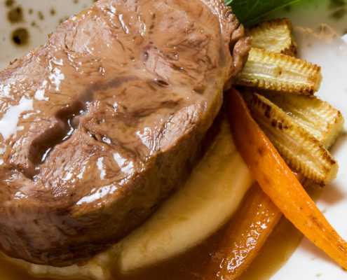 Guancia di vitello brasata con purea di patate mais e carote